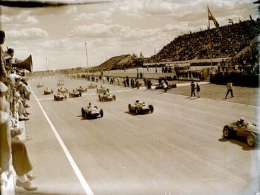 La tarde imposible: 57 grados en el asfalto; Ascari pica en punta en la largada; detrás lo siguen Fangio, Trintignant y Behra