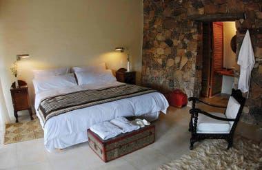 Las amplias suites fueron construidas con piedra, arena y mica para lograr una armonía con el entorno.