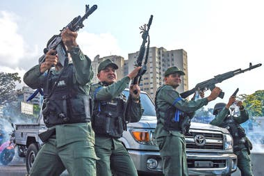 Las fuerzas venezolanas reprimen las protestas encabezadas por Juan Guaidó