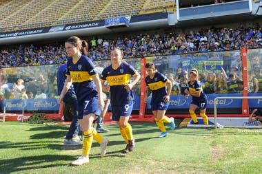 Las jugadoras de Boca ingresan a la Bombonera. El público local siguió el partido desde la platea baja.