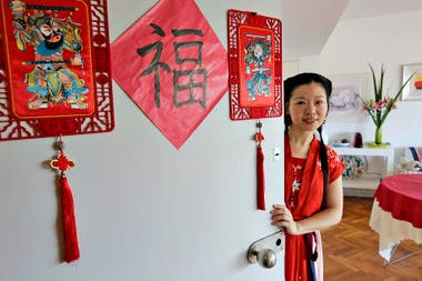 El ingreso al departamento de Lili Liu, decorado con imágenes de los dos dioses de las puertas y el clásico rombo de bendición
