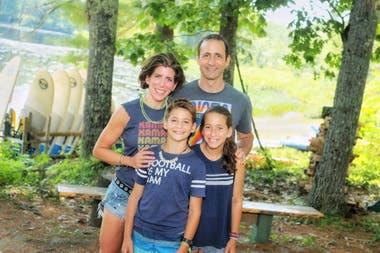 Diana Berrent junto a su marido y sus hijos