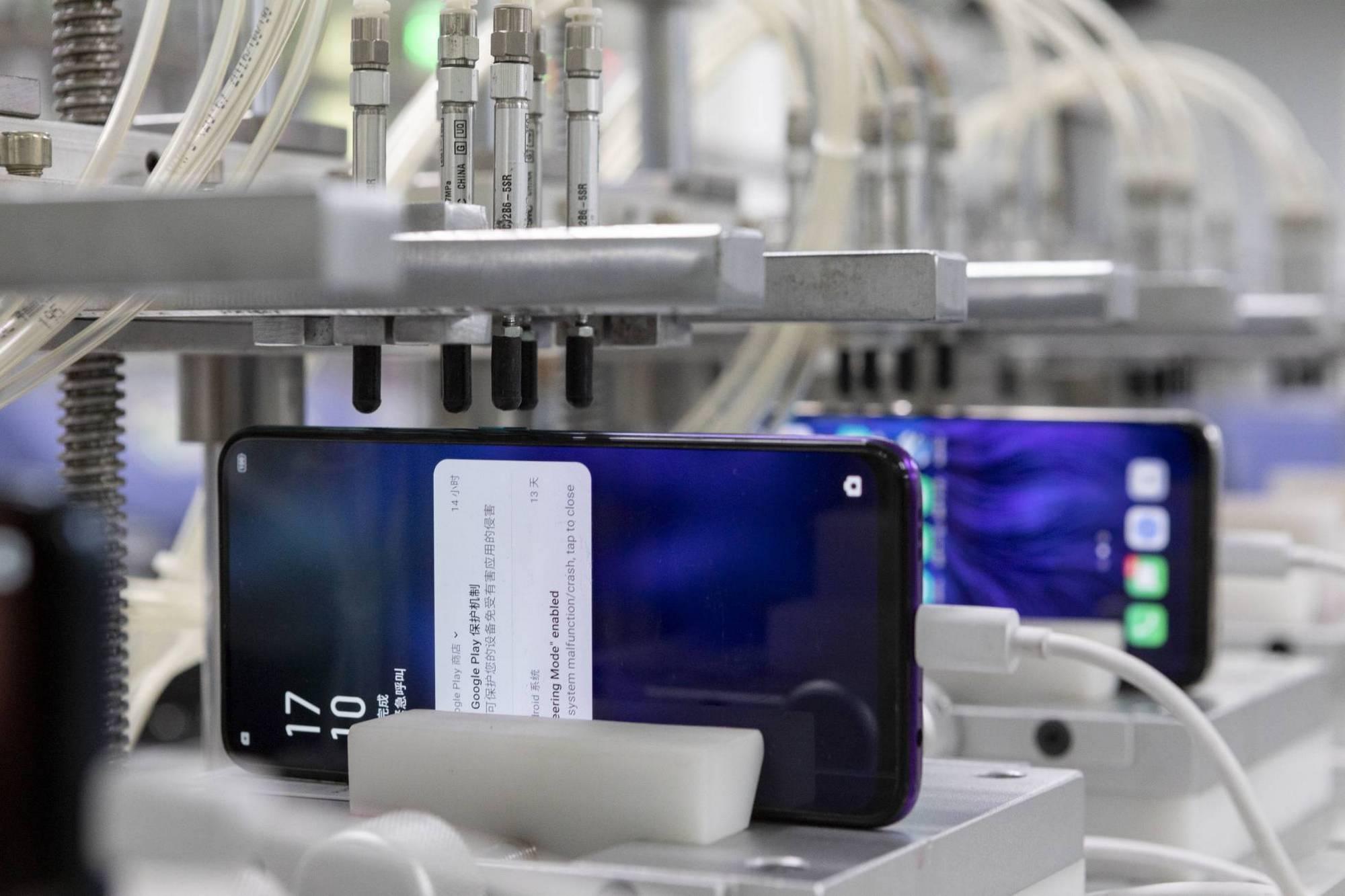 Detrás de escena: así se producen 100 teléfonos móviles por minuto en la fábrica china de Oppo