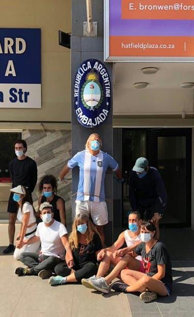 Daniel Tavormina, encadenado frene a la Embajada Argentina en Sudáfrica junto con otros otros argentinos varados que lo acompañan