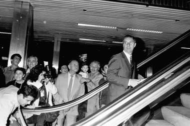 El 24 de abril de 1990 la selección partió rumbo a Europa para jugar los amistosos previos al Mundial; Bilardo se despide en el aeropuerto de Ezeiza