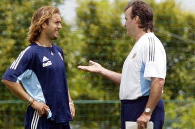 Gabriel Batistuta y Marcelo Bielsa en un entrenamiento de la selección argentina; durante esa etapa, era él o Crespo; el DT no quiso ponerlos juntos: con el Loco juega un solo 9