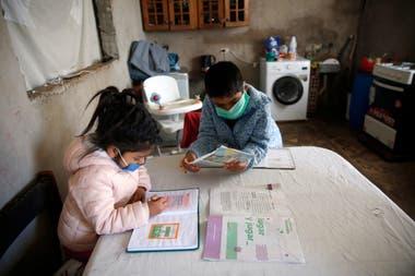 Alejandra, de dos años, y Dorian, de nueve, son los hijos de Gloria Victoria Espinoza. Todos viven en Cuartel V, en Moreno