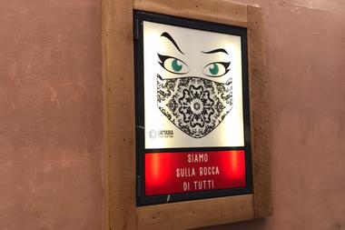 Un cartel publicitario de la marca de barbijos Lamaska, en Roma