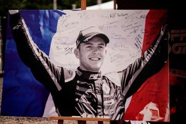 Una gigantografpia de Anthoine Hubert cubierta de mensajes de condolencia en la entrada del circuito Spa-Francorchamps; el piloto francés, de 22 años, murió el 31 de agosto de 2019