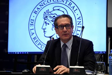 El presidente del Banco Central, Miguel Pesce, dijo hoy que no habrá restricciones para sacar dólares de los bancos