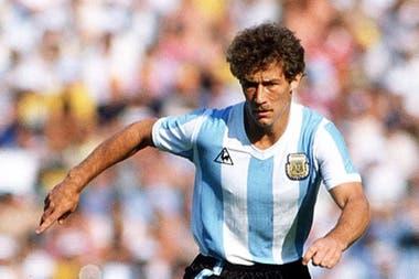 Después de ganar el inolvidable mundial juvenil del 79 (Maradona, Ramón Diaz, Calderón y Escudero, en ataque), jugó nueve partidos entre los Mundiales de España 82 e Italia 90