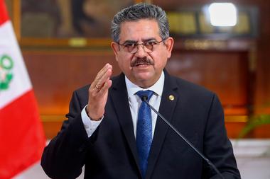 El presidente interino peruano Manuel Merino anunciando su renuncia en un mensaje televisado desde el Palacio de Gobierno, el 15 de noviembre de 2020