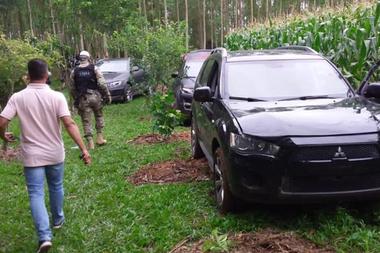 Diez autos utilizados en el robo fueron incautados en un maizal de una propiedad privada en Nova Veneza, al noroeste de Criciúma