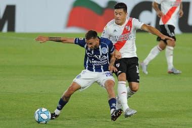 Jorge Moreira, uno de los recambios, disputa la pelota con Renzo Tesuri en un partido friccionado.