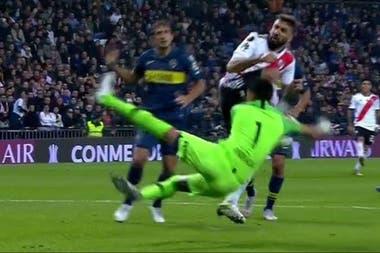Andrada le cometió penal a Pratto y no fue sancionado en la final de 2018