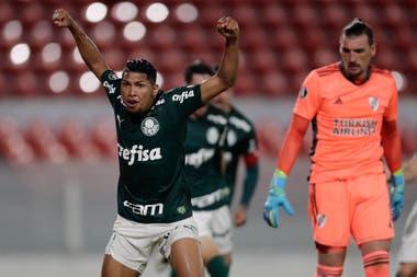 Rony celebra su gol, el primero de Palmeiras.