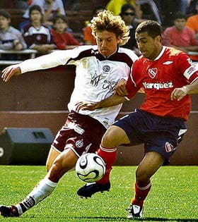 Montenegro se lleva la pelota y Pelletieri lo obstaculiza