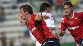 El grito de gol de Abraham, que abrió el camino del triunfo de Independiente; Denis se asocia al festejo