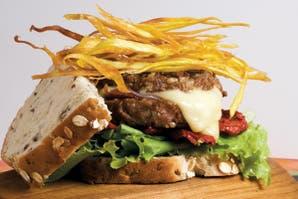 Sandwich de ternera rellena con guarnición de tomates secos y hojas verdes