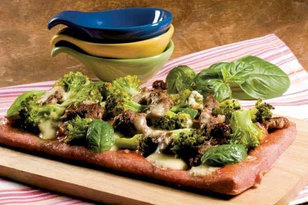Receta de Pizza casera de remolacha con lomo y brócoli
