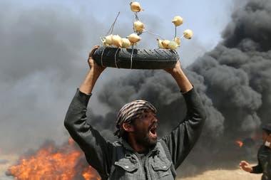 Varias cebollas atadas a una cubierta de moto, un antídoto contra los gases lacrimógenos en Gaza