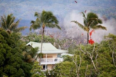 Una vivienda a punto de ser alcanzada por la lava del volcán
