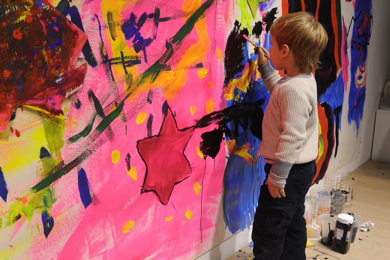 Por primera vez, hay en la feria un espacio infantil, que inauguró el artista; talleres todos los días