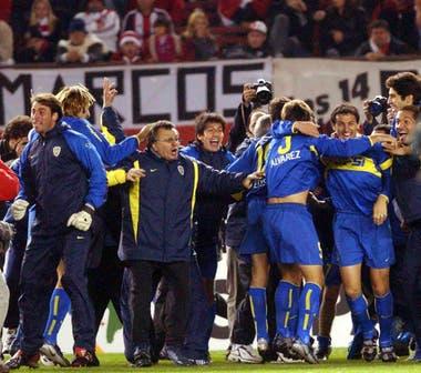 Festejo de Boca al terminar la ronda de penales que le dio el pasaje a la final de la copa Libertadores de America, el 17 de junio de 2004