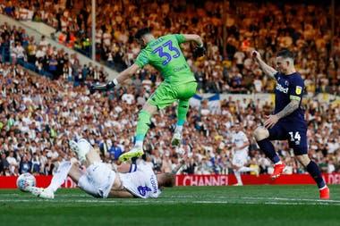 El principio del fin: un error defensivo propició el empate de Derby County, cuando Leeds tenía todo a favor.