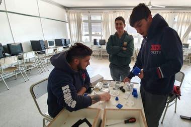 Los alumnos trabajan con kits Ultimate 2.0 de Makeblock, una impresora 3D y además cuentan con los materiales para poder armar un robot con un sensor de humedad del suelo y riego automático