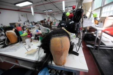 El en taller de Peluquería y caracterización se construyen las pelucas que utilizan los actores en sus obras.