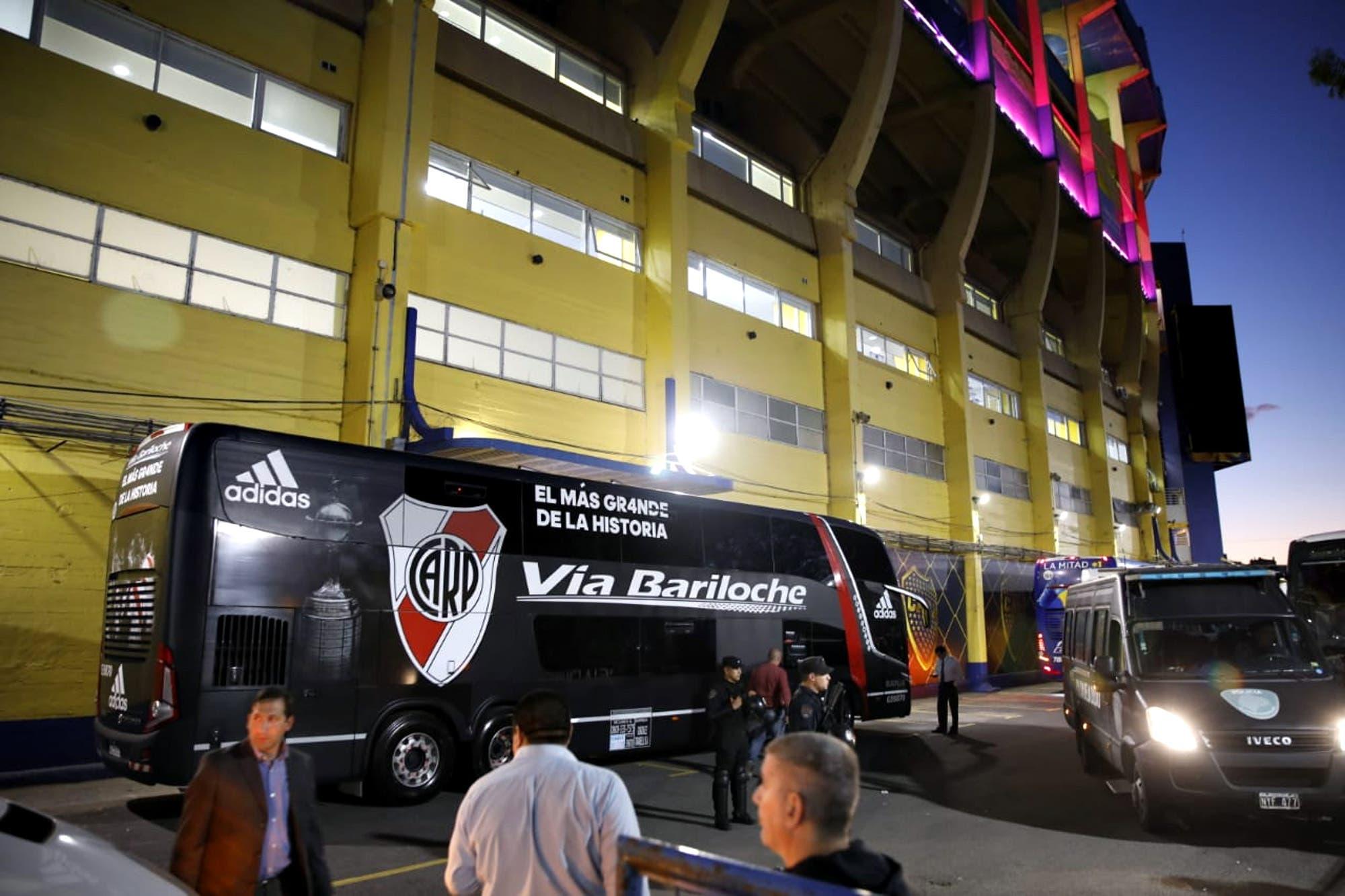 EN VIVO: el minuto a minuto de Boca-River, Tevez, la cinta de capitán y la locura por la llegada del equipo xeneize