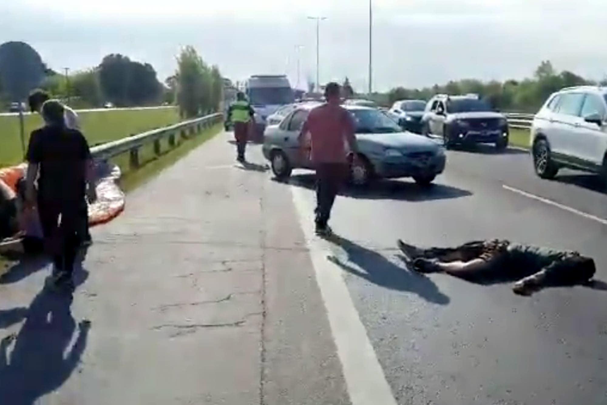 Luján: un parapentista cayó sobre la autopista del Oeste, fue embestido por un auto y murió