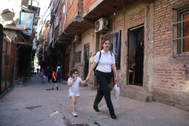Yermina Benítez y su hija Delfina caminan por las calles mejoradas de la villa 31