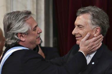 El saludo entre Fernández y Macri en la asunción presidencial del 10 de diciembre; fue la última vez que se vieron. Por teléfono, hablaron el 19 de marzo