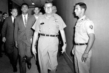 No a Vietnam: Muhammad Alí, acompañado por el comandante Edwin McKee en un centro de entrenamiento militar en Houston; el boxeador se negó a alistarse y fue sentenciado a cinco años de prisión; perdió todos sus títulos