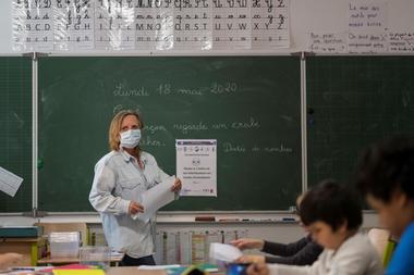 Una profesora da una lección en la escuela primaria Cour de Lorraine en Mulhouse, al este de Francia, en su día de reapertura el 18 de mayo de 2020