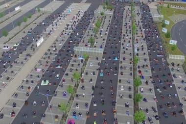 El masivo rezo de musulmanes en un estacionamiento con distancia ...