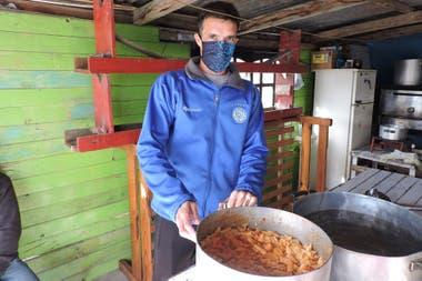 Algunos hinchas colaboran cocinando y Slezack y compañeros del club hacen llegar el alimento a los que menos tienen.