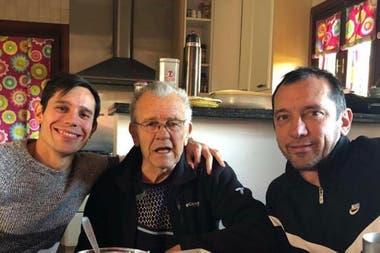 Una imagen reciente, en la que Solari comparte un rato con su nieto Augusto, jugador de Racing, y su hijo, Jorge.