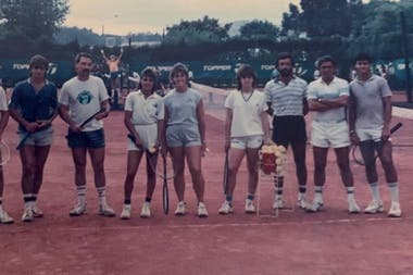 Graciela Pérez (4a desde la izquierda), junto con otros juniors y entrenadores, como Raúl Pérez Roldán (2do desde la derecha).