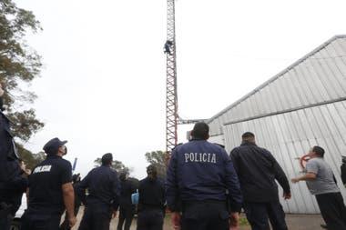 Oscar, un policía bonaerense se trepó a una torre: está llorando y tratan de bajarlo