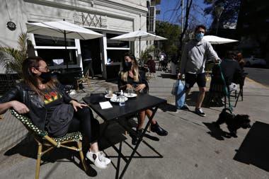 Sobre la calle Nicaragua, entre Av. Dorrego y Arévalo, las mesas con sol tuvieron una ocupación del 100% durante el mediodía