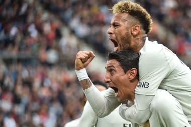 Neymar se le cuelga en un festejo; Di María se siente en el mismo nivel que el brasileño