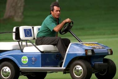 El capitán del equipo europeo, Severiano Ballesteros pasea en carrito de golf por el campo de Valderrama el 23 de septiembre de 1997 en Sotogrande, España