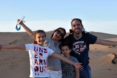 Omán cuenta con una superficie de 309 500 km². Está ubicado al suroriente de la península arábiga con una costa de cerca de 1561 km de longitud y cuatro regiones naturales, que incluyen un llano desierto que cubre gran parte del centro de Omán.