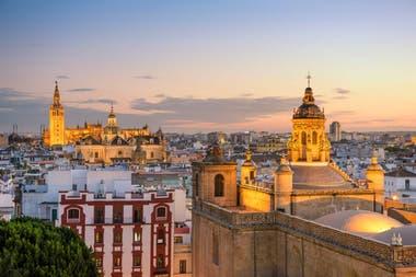 Sevilla cuenta con 688 811 habitantes, es la ciudad más poblada de Andalucía y la cuarta de España, después de Madrid, Barcelona y Valencia.