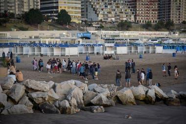 Los jóvenes se juntan en la costa de Playa Grande, Mar del Plata..