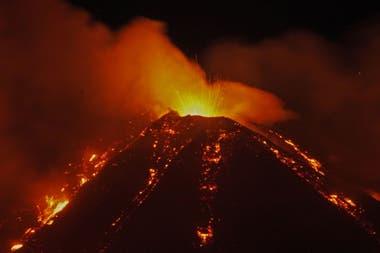 La explosión inicial fue seguida por una nube de ceniza y desbordamientos de lava