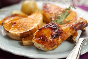 Pollo marinado con calabazas y cebollitas